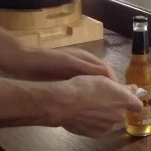 Открыть бутылку листом бумаги